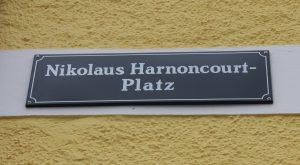 SchildNikolausHarnoncourtPlatzTVBAttergau